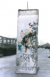 <h5>Thanks Sabine Kurz</h5><p>Das Foto wurde in Berlin unmittelbar nach der Demontage der Berliner Mauer aufgenommen. Zur Zeit ist das Segment eingelagert. © &lt;a href=&quot;http://probst-bautraeger.de/&quot; target=&quot;_blank&quot;&gt;Kurz&lt;/a&gt;</p>