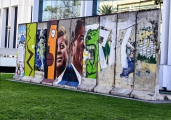 <h5>Die Berliner Mauer in Los Angeles, Kalifornien</h5><p>Details u. Copyright:  &lt;a href=&quot;http://the-wall-net.org/?p=186&quot;&gt;Los Angeles, CA&lt;/a&gt; / Mehr &lt;a href=&quot;http://the-wall-net.org/category/the-berlin-wall/us/&quot; &gt;Standorte USA&lt;/a&gt;</p>