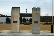 <h5>Die Berliner Mauer in Spartanburg, South Carolina</h5><p>Details u. Copyright:  &lt;a href=&quot;http://the-wall-net.org/?p=194&quot; &gt;Spartanburg, SC&lt;/a&gt; / Mehr &lt;a href=&quot;http://the-wall-net.org/category/the-berlin-wall/us/&quot; &gt;Standorte USA&lt;/a&gt;</p>